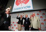 M. Jean Gattuso, président et chef de la direction de A. Lassonde inc., Mme Nicole Ménard, ministre du Tourisme et ministre responsable de la région de la Montérégie, M. Jean Charest, premier ministre du Québec, et M. Pierre-Paul Lassonde, président du conseil et chef de la direction de Industries Lassonde inc. portent un toast au nouvel entrepôt de 8,3 Millions de dollars inauguré aujourd'hui à Rougemont.. - .Mr. Jean Gattuso, President and CEO of A. Lassonde Inc. and Chief Operating Officer for Lassonde Industries Inc., Ms. Nicole Ménard, Minister of Tourism and Minister responsible for the Montérégie, Mr. Jean Charest, Premier of Quebec and Mr. Pierre-Paul Lassonde, Chairman of the Board and CEO of Industries Lassonde Inc., toast the warehouse's future success with a champagne glass filled with juice.