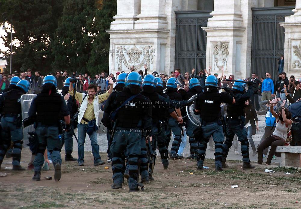 Roma  15 Ottobre 2011.Manifestazione contro la crisi e l'austerità.Scontri tra manifestanti e forze dell'ordine.La polizia carica i manifestanti non coninvolti negli scontri sul piazzale antistante la Basilica di San Giovanni.