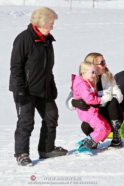AUD/Lech/20110219 - Fotosessie Nederlandse Koninklijke Familie 2011 op wintersport in Lech, Beatrix en Mabel en kinderen Luana, Zaria en Constantijn met Laurentien en kinderen Eloise, Claus-Casimier, Leonore