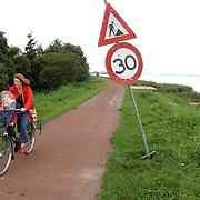 NLD/Huizen/2005005 - Bord met snelheidslimiet 30 km op het fietspad Gooimeerdijk Huizen