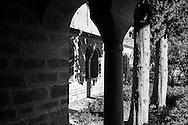 L'abbaye de Saint Guilhem Le Désert, le cloitre. Abbaye bénédictine fondée en 804 par Guillaume de Gellone, elle est inscrite au patrimoine mondial de l'UNESCO depuis 1998 / The abbey of Saint Guilhem Le Desert, the cloister. Benedictine abbey founded in 804 by William of Gellone, it is a World Heritage Site by UNESCO since 1998.