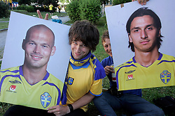 Fans of Sweden with pictures of Fredrik Ljungberg of Sweden (9) and Zlatan Ibrahimovic of Sweden (10) at the fanzone before the UEFA EURO 2008 Group D soccer match between Sweden and Russia at Stadion Tivoli NEU, on June 18,2008, in Innsbruck, Austria. Russia won 2:0. (Photo by Vid Ponikvar / Sportal Images)