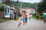 Prados_MG, Brasil...Criancas brincando no Historico Povoado de Vitoriano Veloso (Bichinho), Minas Gerais...Children playing at Vitoriano Veloso (Bichinho) Historic Village, Minas Gerais...Foto: JOAO MARCOS ROSA / NITRO