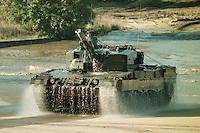 09 OCT 1995, MUNSTER/GERMANY:<br /> Kampfpanzer LEOPARD 2 der Bundeswehr, während einer Lehrvorführung der Panzertruppenschule Munster<br /> Tank LEOPARD 2 of the German Federal Armed Forces, during a trainig performance<br /> IMAGE: 19951009-01/05-07<br />  <br />  <br />  <br /> KEYWORDS: Streikräfte, army, Waffen, wappon, Panzer