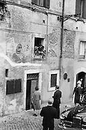 Princess Anne, daughter of queen Elizabeth of Great Britain, entering a house in Rome on the Tiber river.<br /> <br /> Princess Anne , fille de la reine Elisabeth de Grande-Bretagne , dans une maison &agrave; Rome au bord du fleuve Tibre.