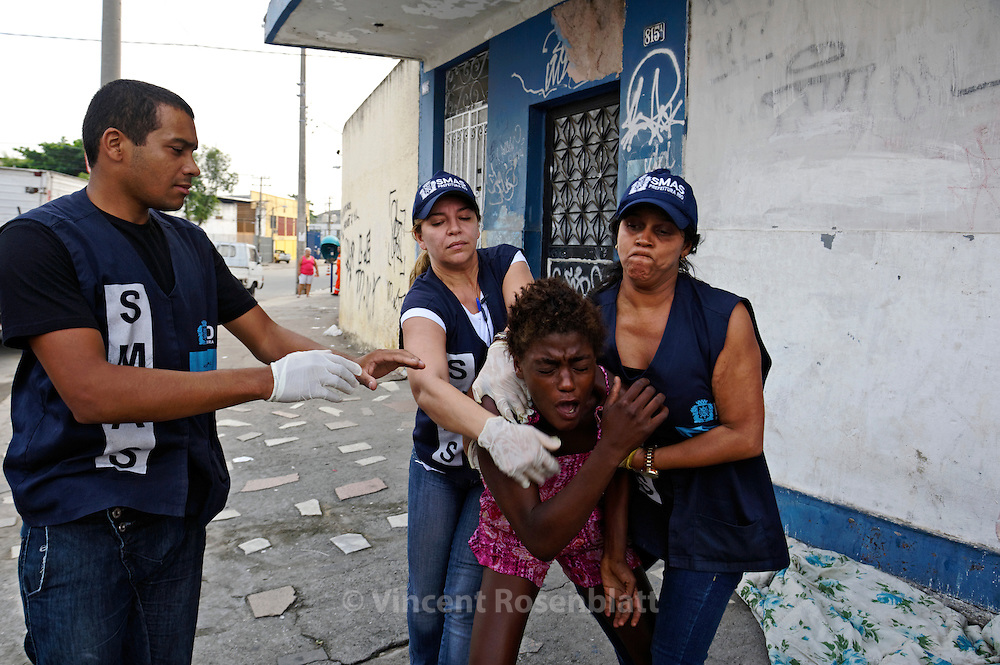 Jacarézinho favela area, North Zone of Rio de Janeiro. Military police and social workers of the City looking for crack users in the early morning to take them to a selection center. Minors will be directed to detention rehab centers. A young woman resisted sucessfully escaping from the raid of social workers.//// Favela Jacarézinho, Zona Norte de Rio. La police militaire et les assistants sociaux de la Mairie recherchent les usagers de crack au petit matin, pour les emmener dans un centre de tri. Les mineurs seront dirigés vers des centres fermés. Cette jeune femme résiste aux assistants sociaux, et parviendra à échapper à la rafle.