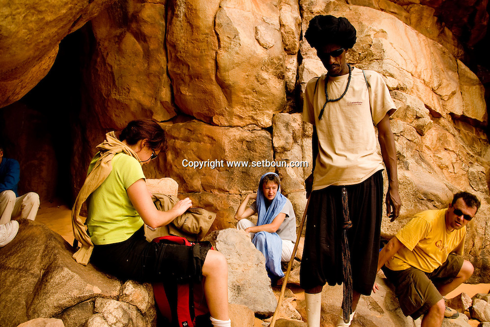 Gelb er raoui, cave with neolithic paintings .Erg Ouarane , desert of sand and dunes , in Adrar mountain     ./// .Guelb er raoui le long du zerga, grotte avec gravures rupestres. Erg Ouarane ,desert de sable et dunes, plateau de l Adrar  .//.L0055704