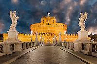 Kaiser Hadrians Mausoleum, bekannt unter dem Namen Castel Sant'Angelo (Engelsburg), ist ein tumrartiges zylindrisches Gebäude in Rom. Ursprünglich Mausoleum war das Gebäude fast zweitausend Jahre Festung und Schloss.