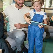 NLD/Amsterdam/20170904 - Jim Bakkum presenteert zijn kinderboek Dadoe, Jim Bakkum en zoon Lux