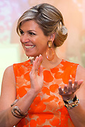 Koningin Maxima reikt Appeltjes van Oranje uit op Paleis Noordeinde / Queen Maxima at the Apples of Orange at Noordeinde Palace.<br /> <br /> Op dew foto / On the photo:  Koningin Maxima / Queen Maxima