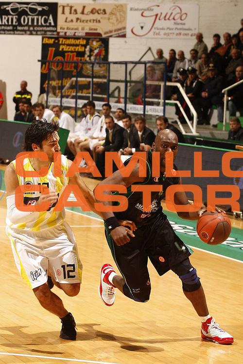 DESCRIZIONE : Siena Eurolega 2009-10 Montepaschi Siena Fenerbahce Ulker<br /> GIOCATORE : Henry Domercant<br /> SQUADRA : Montepaschi Siena<br /> EVENTO : Eurolega 2009-2010<br /> GARA : Montepaschi Siena  Asvel Fenerbahce Ulker<br /> DATA : 06/01/2010 <br /> CATEGORIA : palleggio<br /> SPORT : Pallacanestro <br /> AUTORE : Agenzia Ciamillo-Castoria/P.Lazzeroni<br /> Galleria : Eurolega 2009-2010 <br /> Fotonotizia : Siena Eurolega 2009-10 Montepaschi Siena Fenerbahce Ulker<br /> Predefinita :