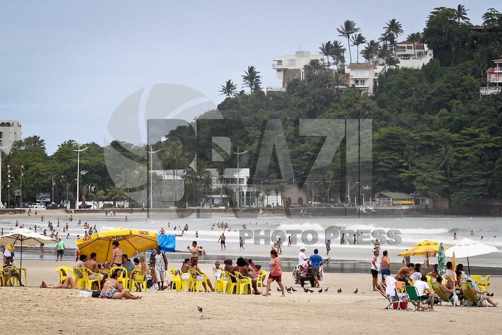 GUARUJÁ,SP,04 JANEIRO 2013 - CLIMA TEMPO LITORAL PAULISTA  - Movimentação de banhistas na Praia da Enseada, no Guarujá, litoral sul paulista, nesta sexta-feira. FOTO ALE VIANNA - BRAZIL PHOTO PRESS.
