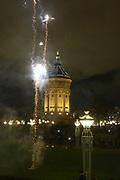 Mannheim. 01.01.18 |<br /> Am Wasserturm. Silvester. Die Menschen feiern den Start in das Jahr 2018.<br /> Mit Raketen und Böller wird der Wasserturm in ein buntes Licht getaucht.<br /> Bild-ID 323 | Markus Proßwitz 01JAN18 / masterpress