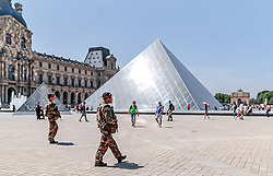 THEMENBILD - Soldaten auf Patrouille beim Louvre Palast und beim Museum, aufgenommen am 09. Juni 2016 in Paris, Frankreich // Soldiers on patrol at the Louvre Palace and the Museum, Paris, France on 2016/06/09. EXPA Pictures © 2017, PhotoCredit: EXPA/ JFK