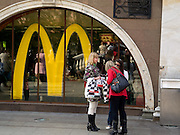Mc Donalds Filiale in der Nähe vom Roten Platz im Zentrum der russischen Metropole Moskau.<br /> <br /> Mc Donalds branch store close to the Red Square in the city center of the Russian metropolis Moscow.