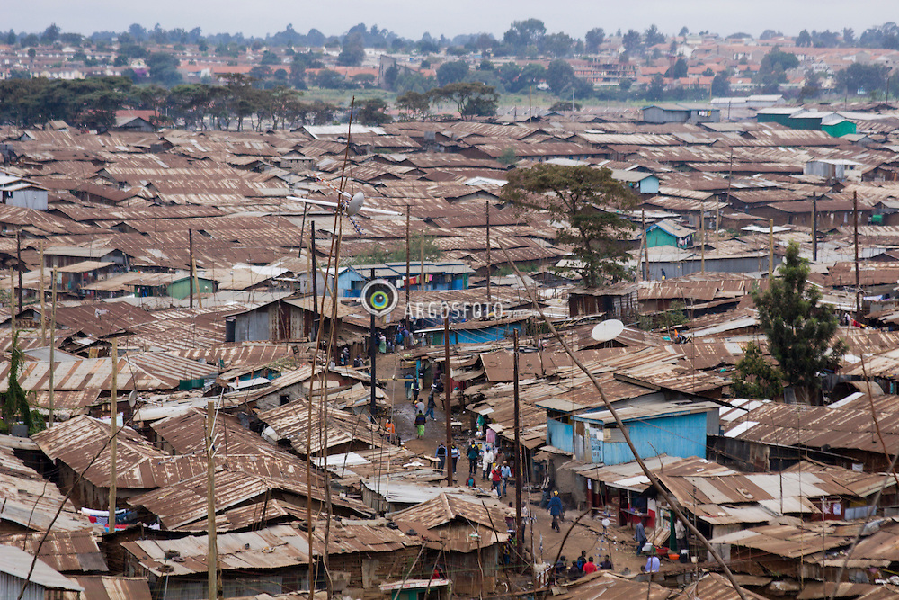 """Nairobi - Quenia. Kibera, a maior favela da Africa, onde vivem entre 1 e 1,5 milhoes de pessoas. / Kibera in Nairobi, Kenya is the largest slum in Africa with a population of perhaps 1 or 1,5 million. The name """"Kibera"""" is derived from kibra, a Nubian word meaning """"forest"""" or """"jungle."""""""