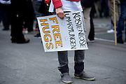 Frankfurt am Main | 28 Apr 2014<br /> <br /> Am Montag (28.04.2014) veranstalteten etwa 200 Menschen an der Hauptwache in Frankfurt am Main sogenannte Montagsdemos gegen Hartz IV und die Agenda 2010 und dann sp&auml;ter f&uuml;r den Frieden, gegen den Krieg etc., am zweiten Teil der Montagsdemo nahmen AfD-Aktivisten und die Neonazi-Aktivistin Sigrid Sch&uuml;&szlig;ler (NPD, RNF/Ring Nationaler Frauen) teil.<br /> Hier: Eine Aktivistin offeriert auf einem Transparent &quot;Free Hugs&quot; (Kostenlose Umarmungen).<br /> <br /> &copy;peter-juelich.com<br /> <br /> [No Model Release | No Property Release]