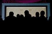 © Filippo Alfero<br /> Solenne ostensione della Sindone<br /> Torino, 20/04/2015<br /> cronaca<br /> Nella foto: alcuni fedeli osservano la Sindone