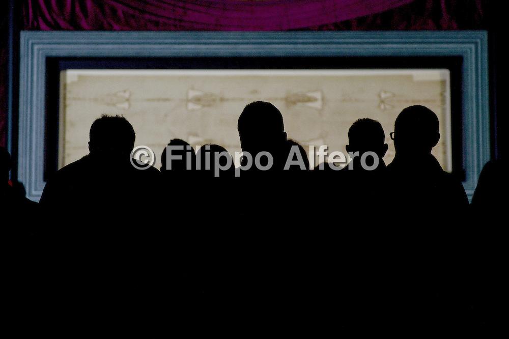 &copy; Filippo Alfero<br /> Solenne ostensione della Sindone<br /> Torino, 20/04/2015<br /> cronaca<br /> Nella foto: alcuni fedeli osservano la Sindone