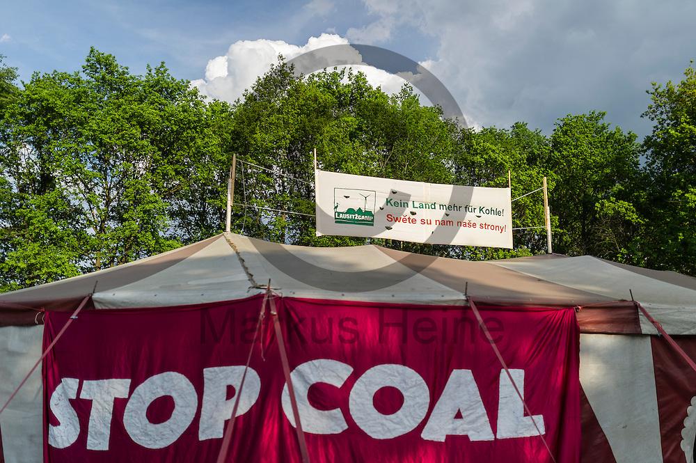 &quot;Stop Coal&quot; steht am 12.05.2016 in dem Klimacamp von Ende Gel&auml;nde bei Proschim, Deutschland auf einem Transparent. &Uuml;ber das Pfingstwochenende wollen mehrere Tausend Aktivisten den Braunkohlentagebau  blockieren um gegen die Nutzung von fossilen Brennstoffen zu protestieren. Foto: Markus Heine / heineimaging<br /> <br /> ------------------------------<br /> <br /> Ver&ouml;ffentlichung nur mit Fotografennennung, sowie gegen Honorar und Belegexemplar.<br /> <br /> Bankverbindung:<br /> IBAN: DE65660908000004437497<br /> BIC CODE: GENODE61BBB<br /> Badische Beamten Bank Karlsruhe<br /> <br /> USt-IdNr: DE291853306<br /> <br /> Please note:<br /> All rights reserved! Don't publish without copyright!<br /> <br /> Stand: 05.2016<br /> <br /> ------------------------------<br /> <br /> ------------------------------<br /> <br /> Ver&ouml;ffentlichung nur mit Fotografennennung, sowie gegen Honorar und Belegexemplar.<br /> <br /> Bankverbindung:<br /> IBAN: DE65660908000004437497<br /> BIC CODE: GENODE61BBB<br /> Badische Beamten Bank Karlsruhe<br /> <br /> USt-IdNr: DE291853306<br /> <br /> Please note:<br /> All rights reserved! Don't publish without copyright!<br /> <br /> Stand: 05.2016<br /> <br /> ------------------------------