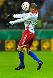 27.10.2010, Commerzbank-Arena, Frankfurt, GER, DFB-Pokal, 2.Runde, Eintracht Frankfurt vs Hamburger SV, im Bild Paulo Guerrero (Hamburg #9) beim Kopfball, Hochformat / Upright Format, Einzelaktion / Aktion, EXPA Pictures © 2010, PhotoCredit: EXPA/ nph/  Roth+++++ ATTENTION - OUT OF GER +++++