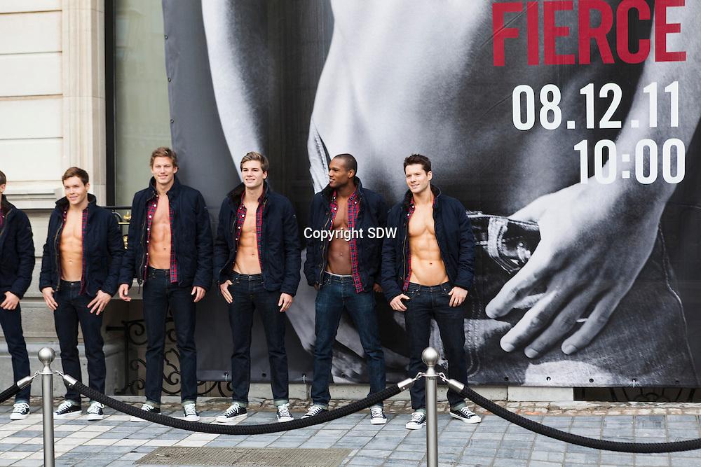 20111202 Brussel, Waterloolaan 20 -21. opening nieuwe Abercrombie & Fitch winkel op 8 december 2012. Een flink aantal mannelijke fotomodellen uit heel europa staat deze week elke dag 5 uur lang voor de gevel van A& f ter promotie.