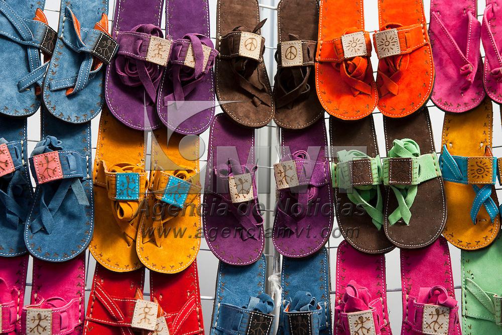TOLUCA, Mexico.- Piezas de calzado son mostradas en la VI cumbre artesanal bicentenario en la plaza Jose Maria Gonzalez Arratia de esta ciudad. Agencia MVT / Mario Vazquez de la Torre. (DIGITAL)