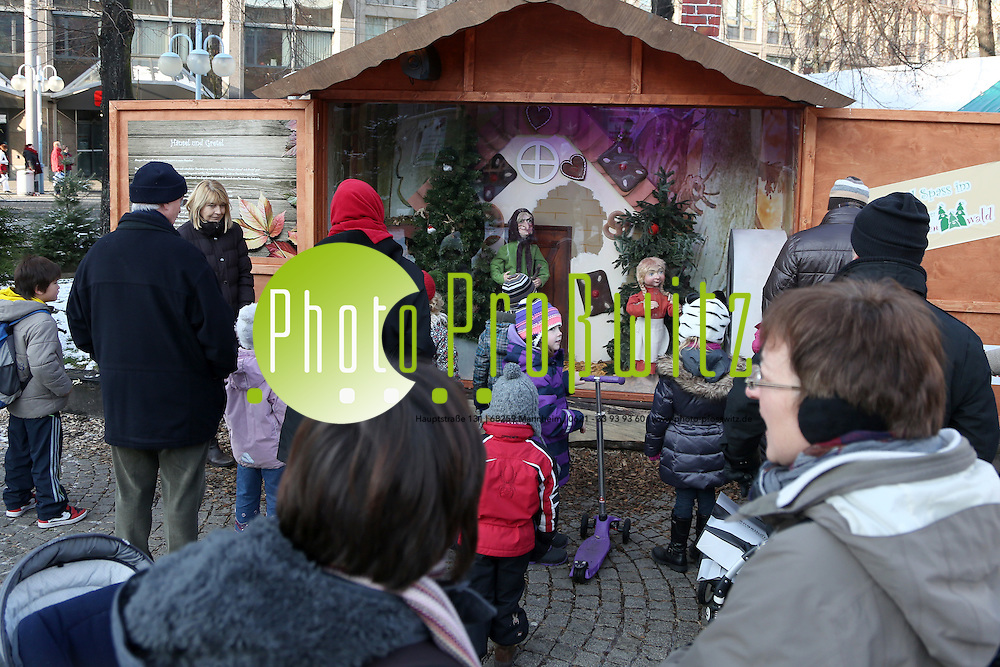 Mannheim. 08.12.12  Innenstadt. Paradeplatz. M&auml;rchenwald.<br /> <br /> Zweites Adventswochenende. Samstags beim Einkaufsbummel.<br /> <br /> Bild: Markus Pro&szlig;witz 08DEC12 / masterpress /