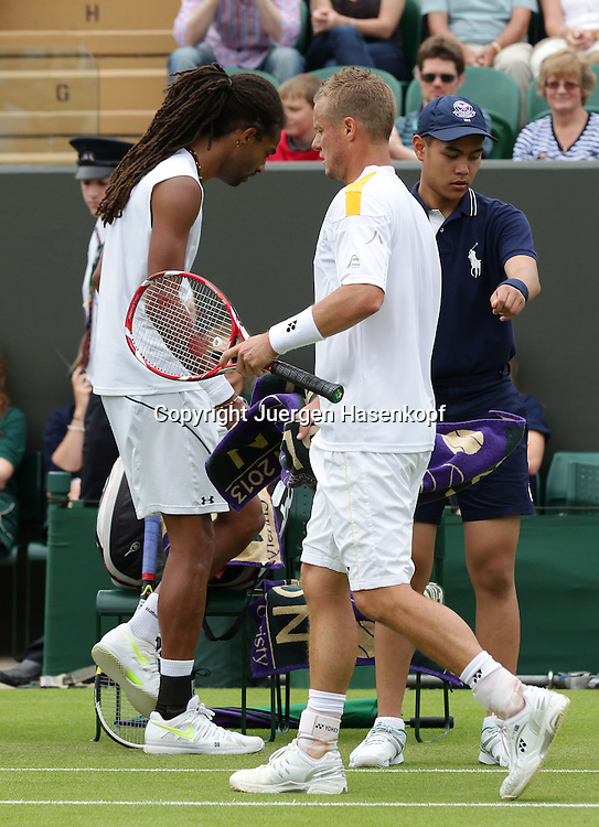 Wimbledon Championships 2013, AELTC,London,<br /> ITF Grand Slam Tennis Tournament,<br /> L-R. Dustin Brown (GER) und Lleyton Hewitt (AUS),Wege kreuzen sich beim Seitenwechsel,Ganzkoerper,Hochformat,