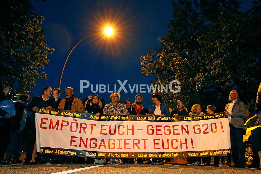 Im Vorfeld des G20-Gipfels in Hamburg protestieren namhafte K&uuml;nstler auf dem Weg von der Laeiszhalle zum Tagungsort der Staats- und Regierungschefs, den Messehallen. Zuvar hatten sie in der Laeiszhalle Texte des franz&ouml;sischen Widerstandsk&auml;mpfers St&eacute;phane Hessel gelesen.<br /> <br /> Ort: Hamburg<br /> Copyright: Andreas Conradt<br /> Quelle: PubliXviewinG