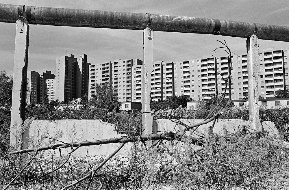 Deutschland - GERMANY - Mauerfall - 1990 -  Die Berliner Mauer verschwindet aus dem Stadtbild, die Mauer wird abgerissen/abgetragen : HIER:  Neue Wege; Rudow; Gropiusstadt & Mauerreste; 08/1990.1990 - FALL OF THE BERLIN WALL - the wall disappears, is demolished; HERE: new ways between the eastern & western districts; remains of the wall & former death strip; 08/1990.copyright: Christian Jungeblodt