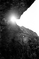 Sola gløtter frem i Skjonghellaren på Valderøya.<br /> Foto: Svein Ove Ekornesvåg