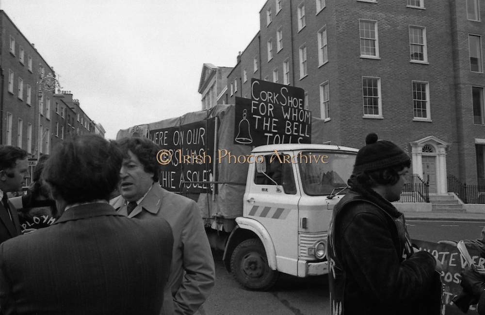 Cork Shoe Workers Protest.     K15..1976..24.03.1976..03.24.1976..24th March 1976..In protest at the winding up of the Cork shoe industry, 10 workers  from the Cork Shoe Co marched from Cork to Dublin to meet with TDs at Leinster House. The protest was to highlight the closure of The Cork shoe Co resulting in the unemployment of all the staff..