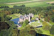 Nederland, Utrecht, Haarzuilens, 08-09-2006;  ; kasteel de Haar, eigendom van de baron Van Zuylen; oorspronkelijk bevond zich hier het middeleeuwse huis De Haar, later in verval geraakt (ruines); het huidige kasteel is tussen 1892 tot 1912 gebouwd naar een ontwerp van architect P. Cuypers.Tijdens de (her)bouw is ook het omliggende Engelse landschapspark aangelegd (dit landgoed nu in beheer bij Natuurmonumenten) evenals de formele (Franse) stijltuin..Castle de Haar, owned by the Baron Van Zuylen. Current castle was designed by architect P. Cuypers an rebuilt in 1892 - 1912, as the formal French gardens..luchtfoto (toeslag); aerial photo (additional fee required); .foto Siebe Swart / photo Siebe Swart