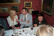 GWYNETH PALTROW; ALASDHAIR WILLIS Dinner hosted by Elizabeth Saltzman for Mario Testino and Kate Moss. Mark's Club. London. 5 June 2010. -DO NOT ARCHIVE-© Copyright Photograph by Dafydd Jones. 248 Clapham Rd. London SW9 0PZ. Tel 0207 820 0771. www.dafjones.com.
