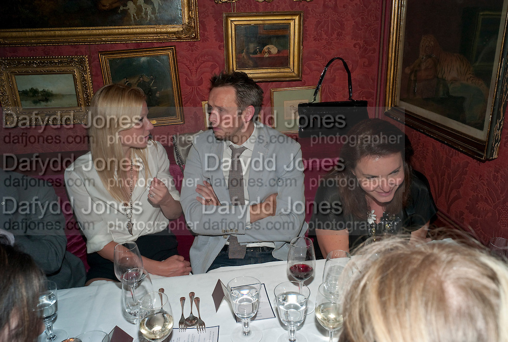GWYNETH PALTROW; ALASDHAIR WILLIS Dinner hosted by Elizabeth Saltzman for Mario Testino and Kate Moss. Mark's Club. London. 5 June 2010. -DO NOT ARCHIVE-© Copyright Photograph by Dafydd Jones. 248 Clapham Rd. London SW9 0PZ. Tel 0207 820 0771. www.dafjones.com.