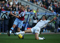 Fotball<br /> England 2004/2005<br /> Foto: SBI/Digitalsport<br /> NORWAY ONLY<br /> <br /> Bolton Wanderers v Aston Villa<br /> Barclays Premiership, Reebok Stadium, Bolton 13/11/2004<br /> <br /> Bolton's Kevin Davies (R) looks to tackle Aston Villa's Olof Mellberg (L).