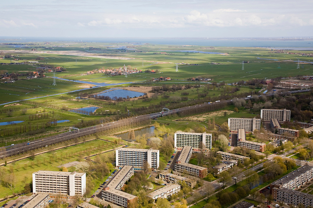Nederland, Noord-Holland, Amsterdam, 16-04-2008; Nieuwendam, flats aan de rand van de stad, uitzicht op Ringweg A10; in de verte landelijk Noord met Zunderdorp en zicht op Waterland, aan de einder (horizon) het IJsselmeer..luchtfoto (toeslag); aerial photo (additional fee required); .foto Siebe Swart / photo Siebe Swart