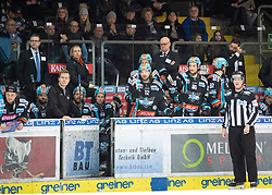 29.02.2020, Keine Sorgen Eisarena, Linz, AUT, EBEL, EHC Liwest Black Wings Linz vs Fehervar AV 19, Zwischenrunde, 10. Qualifikationsrunde, im Bild Das Team des EHC Liwest Black Wings Linz und Head-Coach Tom Rowe (EHC Liwest Black Wings Linz) // during the Erste Bank Eishockey League Intermediate round, 10th qualifying round match between EHC Liwest Black Wings Linz and Fehervar AV 19 at the Keine Sorgen Eisarena in Linz, Austria on 2020/02/29. EXPA Pictures © 2020, PhotoCredit: EXPA/ Reinhard Eisenbauer