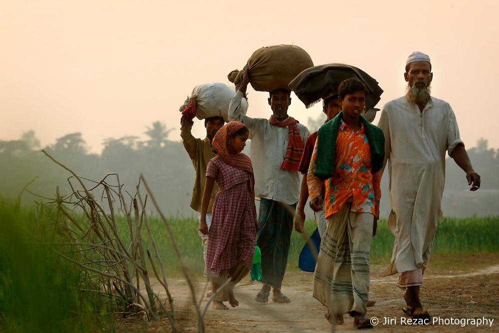 BANGLADESH SIRAJGANJ RADHUNIBARI 30JAN07 - Bangladeshi villagers carry their belongings on the sandy banks of a tributary to the Jamuna river, an area traditionally prone to flooding during the Monsoon season...jre/Photo by Jiri Rezac..© Jiri Rezac 2007..Contact: +44 (0) 7050 110 417.Mobile:  +44 (0) 7801 337 683.Office:  +44 (0) 20 8968 9635..Email:   jiri@jirirezac.com.Web:    www.jirirezac.com..© All images Jiri Rezac 2007 - All rights reserved.