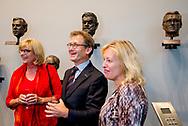 30-8-2017 DEN HAAG - Het is traditie bij het ministerie van OCW iedere Nederlandse Nobelprijswinnaar te eren met een bronzen kop. Op woensdag 30 augustus onthult minister Bussemaker in aanwezigheid van de Nobelprijswinnaar zelf het portret van prof.dr. Ben Feringa, die vorig jaar de Nobelprijs voor Scheikunde won. Het portret is op een innovatieve, experimentele wijze gemaakt door de kunstenaars Olivier van Herpt en Koos Breukel. Het maken van de beeltenis van Feringa is een samensmelting geworden van kunst, creatieve industrie en wetenschap. De vervaardiging is vastgelegd op film die bij de onthulling getoond wordt. copyriht robin utrecht/julia brabander