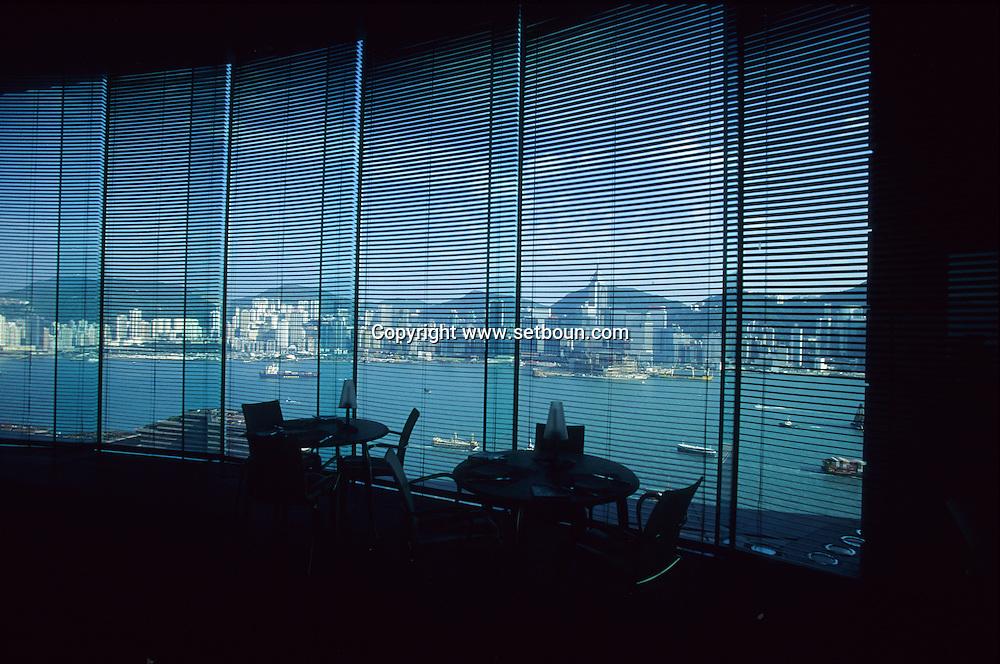 Hong Kong. restaurant Felix of the hotel peninsula designed by Stark, the faces of his team are on the chairs. .   15   / hôtel Peninsula: Le  restaurant  - Félix -  design by ph Starck  sans doute la plus belle vue de .   15  / L3009  / 319177/44