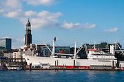 Hamburger Hafen mit Museumsschiff Cap San Diego und Michel, Hamburg, Deutschland.|.Hamburg harbour with museum ship Cap San Diego and Michel, Hamburg, Germany.