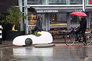 In Utrecht rijden fietsers door de stromende regen.<br /> <br /> In Utrecht cyclists ride in the rain.