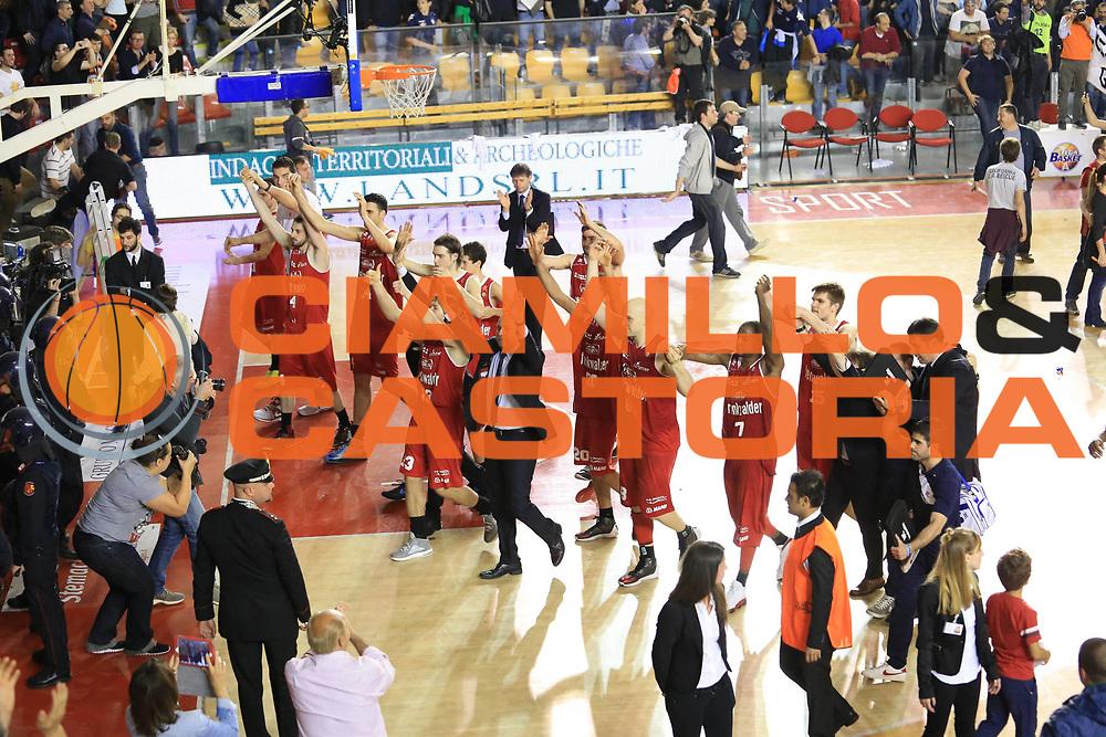 DESCRIZIONE : Roma Lega A 2012-2013 Acea Roma Trenkwalder Reggio Emilia playoff quarti di finale gara 7<br /> GIOCATORE : team<br /> CATEGORIA : post game ritratto delusione fair play<br /> SQUADRA : Trenkwalder Reggio Emilia<br /> EVENTO : Campionato Lega A 2012-2013 playoff quarti di finale gara 7<br /> GARA : Acea Roma Trenkwalder Reggio Emilia<br /> DATA : 21/05/2013<br /> SPORT : Pallacanestro <br /> AUTORE : Agenzia Ciamillo-Castoria/M.Simoni<br /> Galleria : Lega Basket A 2012-2013  <br /> Fotonotizia : Roma Lega A 2012-2013 Acea Roma Trenkwalder Reggio Emilia playoff quarti di finale gara 7<br /> Predefinita :