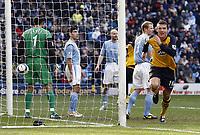 Fotball<br /> England<br /> Foto: imago/Digitalsport<br /> NORWAY ONLY<br /> <br /> 18.03.2006  <br /> <br /> Torschütze Lee McCulloch (Wigan, re.) jubelt, daneben Ben Thatcher (2.v.re.) und Torwart James (beide Manchester City, 3.v.li.) enttäuscht<br /> <br /> PUBLICATIONxNOTxINxUK