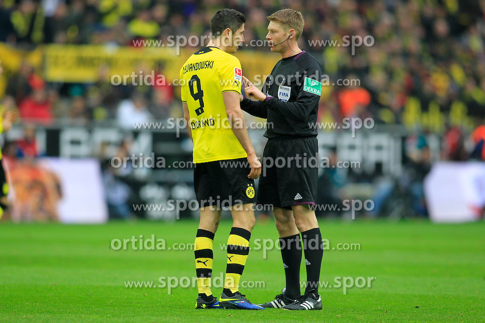 01.03.2014, Signal Iduna Park, Dortmund, GER, 1. FBL, Borussia Dortmund vs 1. FC Nuernberg, 23. Runde, im Bild Robert Lewandowski (Borussia Dortmund #9) diskutiert mit Schiedsrichter Christian Dingert (Lebecksmuehle) // during the German Bundesliga 23th round match between Borussia Dortmund and 1. FC Nuernberg at the Signal Iduna Park in Dortmund, Germany on 2014/03/01. EXPA Pictures &copy; 2014, PhotoCredit: EXPA/ Eibner-Pressefoto/ Schueler<br /> <br /> *****ATTENTION - OUT of GER*****