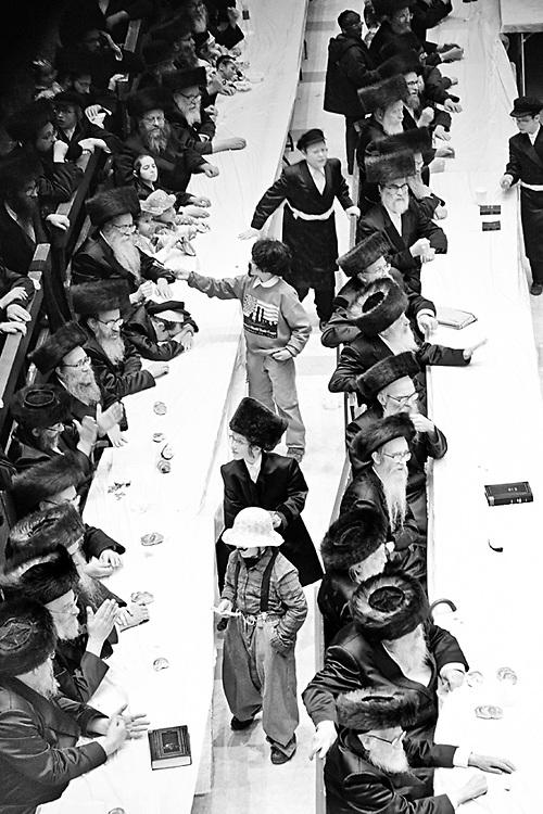 """Kids ask for """"tzedaka"""" o elemosina, una delle """"mitzvot"""" o onere che si deve adepiere nel giorno di Purim, il carnevale ebraico. Foto scattata dalla sezione delle donne il 16 Marzo, 2014."""