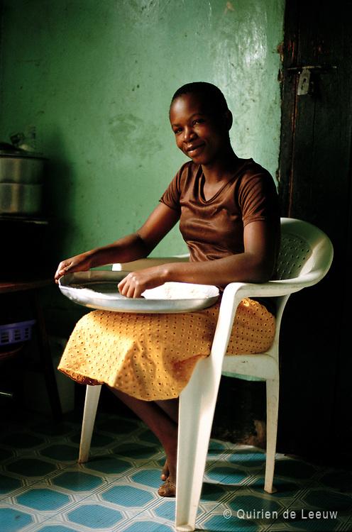 Een meisje bereidt maismeel voor ugali, een traditioneel Afrikaans gerecht. Kampala, Uganda