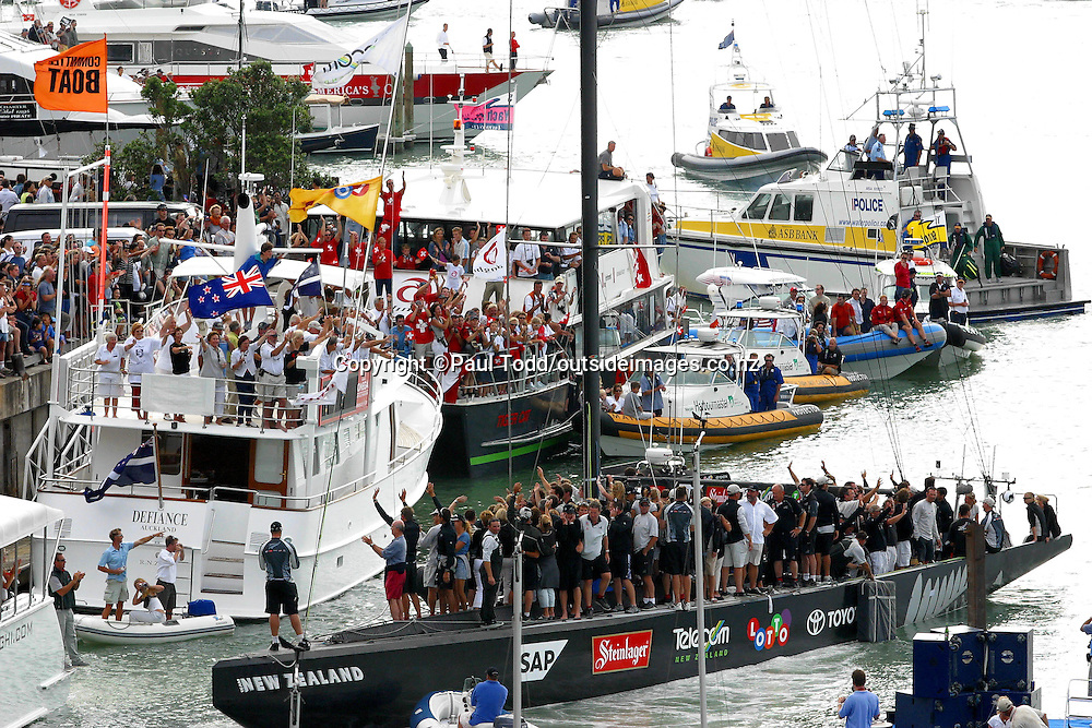 02 April 2003, Yachting, America's Cup 2003: Race 5 Alinghi Swiss Challenge vs Team New Zealand<br />Alinghi wins America's Cup 5-0 against Team New Zealand.<br />Team New Zealand thank supporters